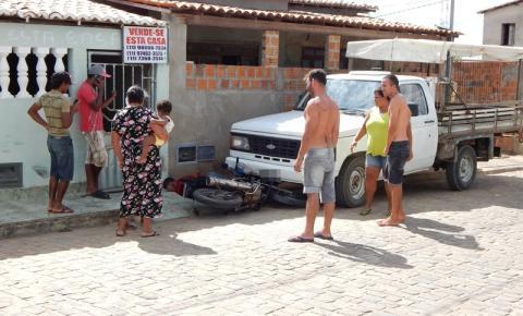 Motociclista fica ferido ao colidir em carro estacionado na cidade de Várzea do Poço