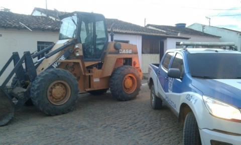 Pá carregadeira roubada em SP é encontrada em fazenda de vereador na Bahia