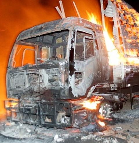 CAMINHÃO COM CARGA DE SOM DE PIRITIBA, PEGA FOGO NA BA 432