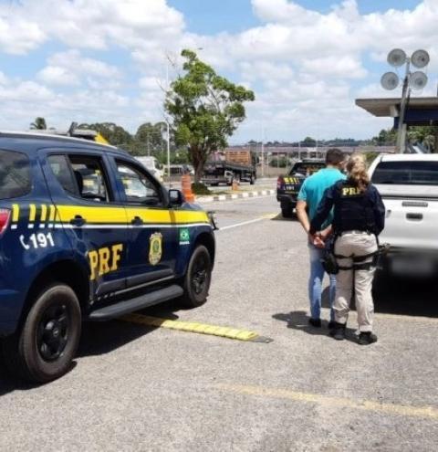 PRF na Bahia recupera caminhonete de luxo roubada em Sergipe e prende condutor