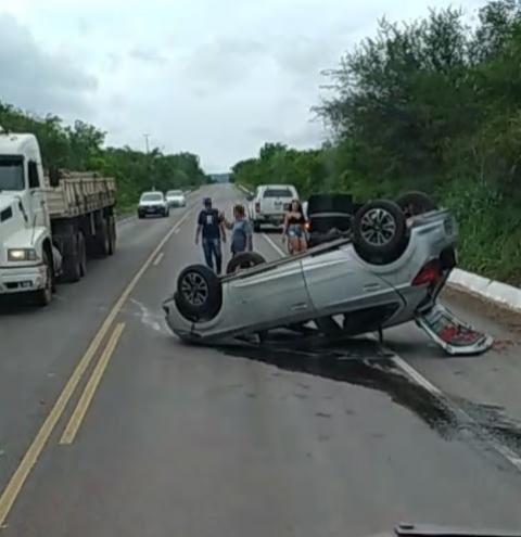 Condutor de carro sai ileso de capotamento na região do Tombador em Jacobina