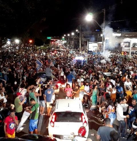 Centenas de pessoas se aglomeram após resultados das eleições municipais em Feira de Santana e Vitória da Conquista